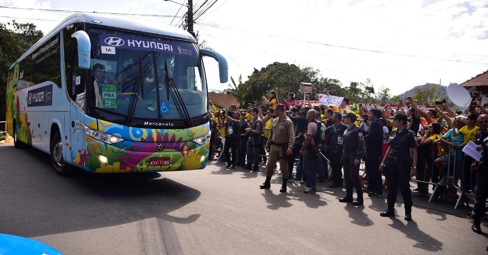Torcedores acompanham a chegada do ônibus da seleção brasileira à Granja Comary