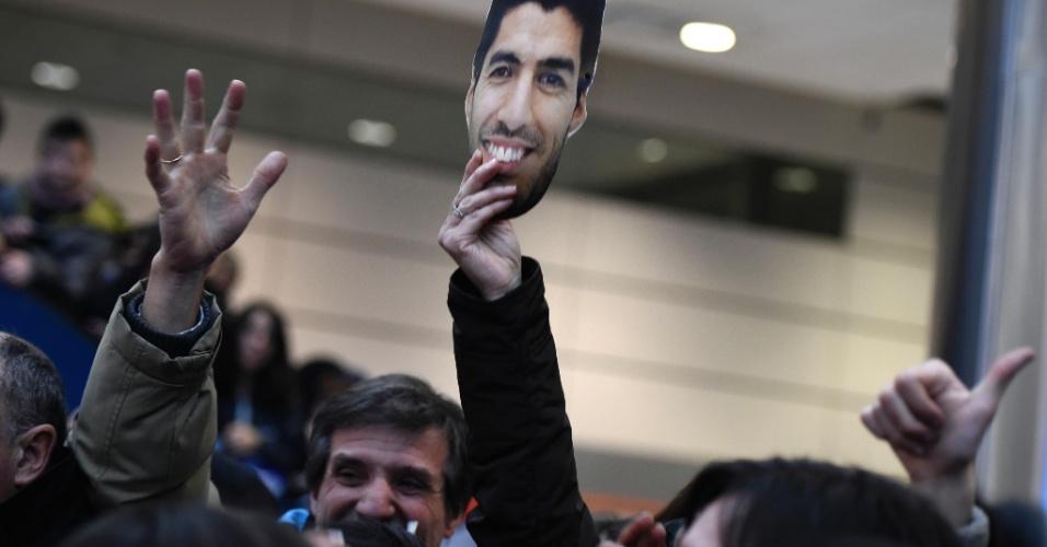 Torcedores acompanham desembarque da seleção do Uruguai no Aeroporto Internacional de Montevidéu durante a madrugada