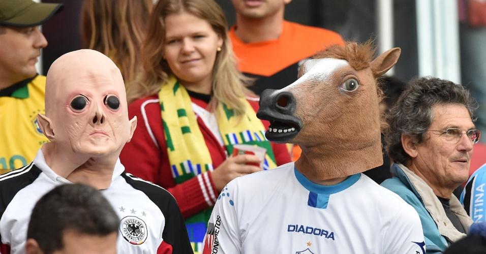 """Torcedores com máscaras """"bizarras"""" assistem ao jogo entre Alemanha e Argélia, no Beira-Rio, em Porto Alegre"""
