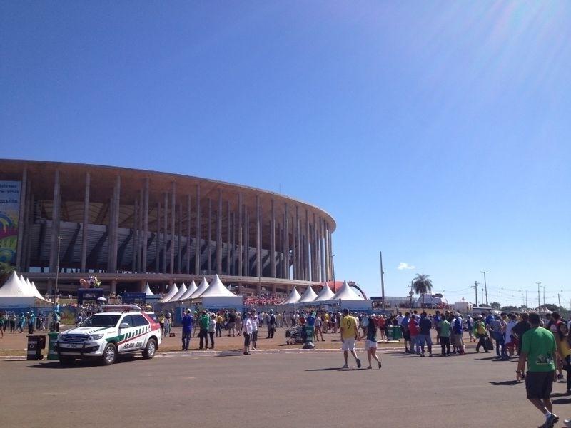 30.jun.2014 - Torcedores começam a formar fila no Mané Garricha para o jogo entre França e Nigéria