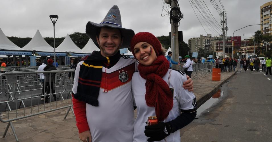 30.jun.2014 - Torcedores da Alemanha aguardam para entrar no Beira-Rio e assistir ao jogo contra a Argélia