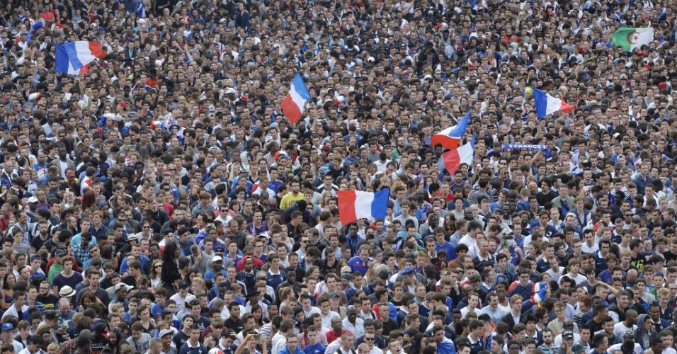 Torcedores franceses assistem à transmissão da partida entre França e Nigéria em Paris