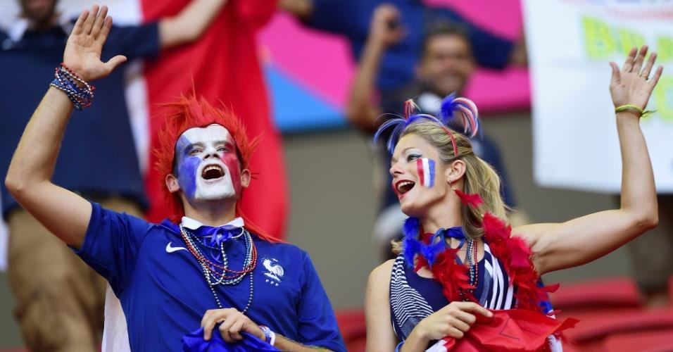 30.jun.2014 - Torcedores franceses fazem festa no estádio Mané Garricha antes da partida contra a Nigéria