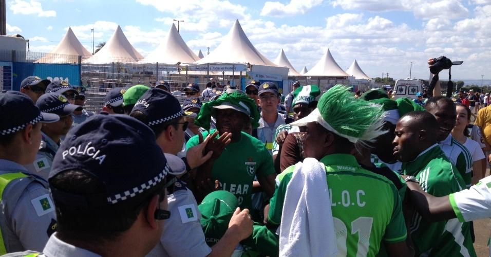 30.jun.2014 - Torcedores nigerianos sem ingresso causam confusão na entrada do estádio Mané Garrincha