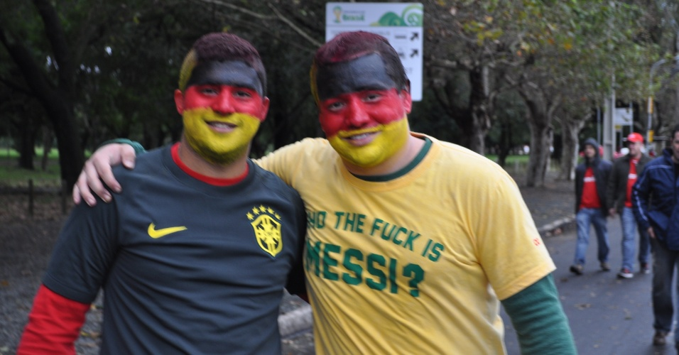 30.jun.2014 - Torcedores pintam as cores da Alemanha no rosto para torcer na partida contra a Argélia, no Beira-Rio