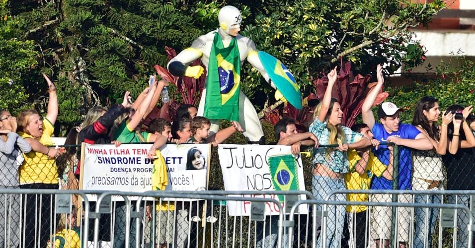 Torcida brasileira fez questão de homenagear o goleiro Júlio César, principal destaque da classificação brasileira diante do Chile, durante o treino na Granja