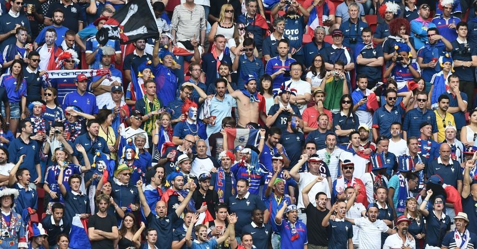 30.jun.2014 - Torcida francesa faz festa no estádio Mané Garrincha, no jogo entre França e Nigéria