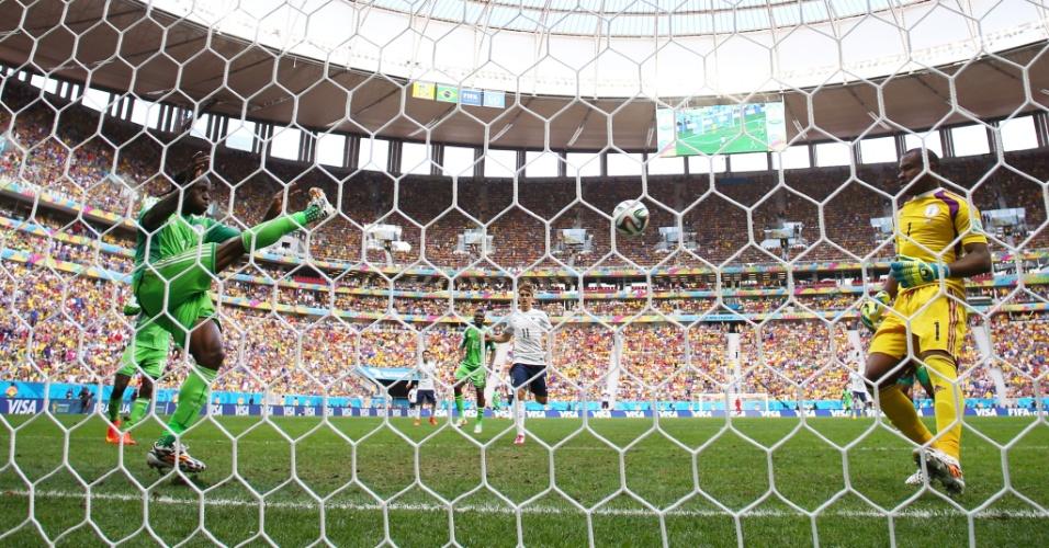 30.jun.2014 - Victor Moses, da Nigéria, tira a bola em cima da linha após finalização do francês Benzema, no Mané Garrincha