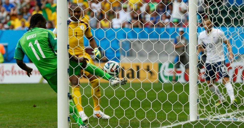 30.jun.2014 - Victor Moses salva a Nigéria quase em cima da linha após finalização do francês Benzema no Mané Garrincha