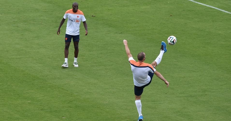 Wesley Sneijder faz malabarismo para dominar a bola durante atividade da Holanda realizada no Rio de Janeiro