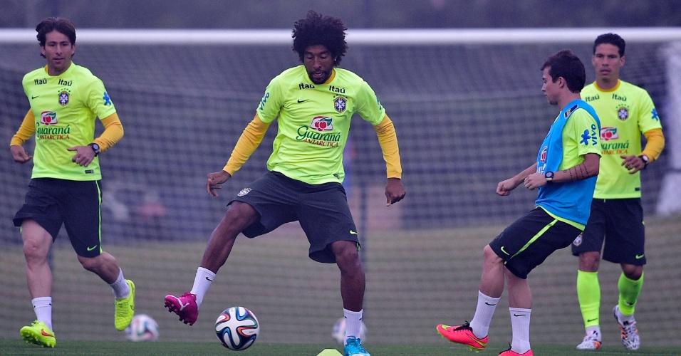 Zagueiro Dante fica com a bola durante treino do Brasil na Granja Comary