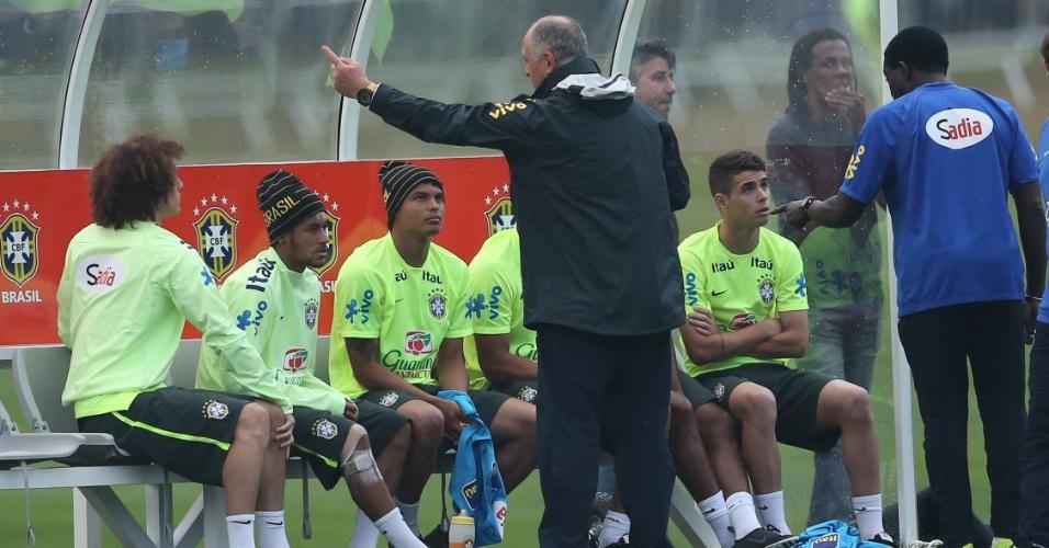 01.07.2014 - Atacante Neymar exibe joelho com curativos durante o treino