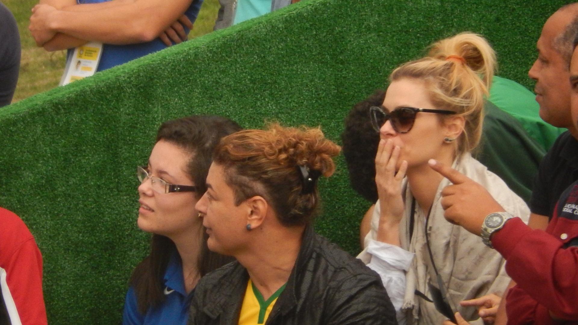 01.07.2014 - Carolina Dieckmann e David Brazil acompanham treino da seleção brasileira em Teresópolis