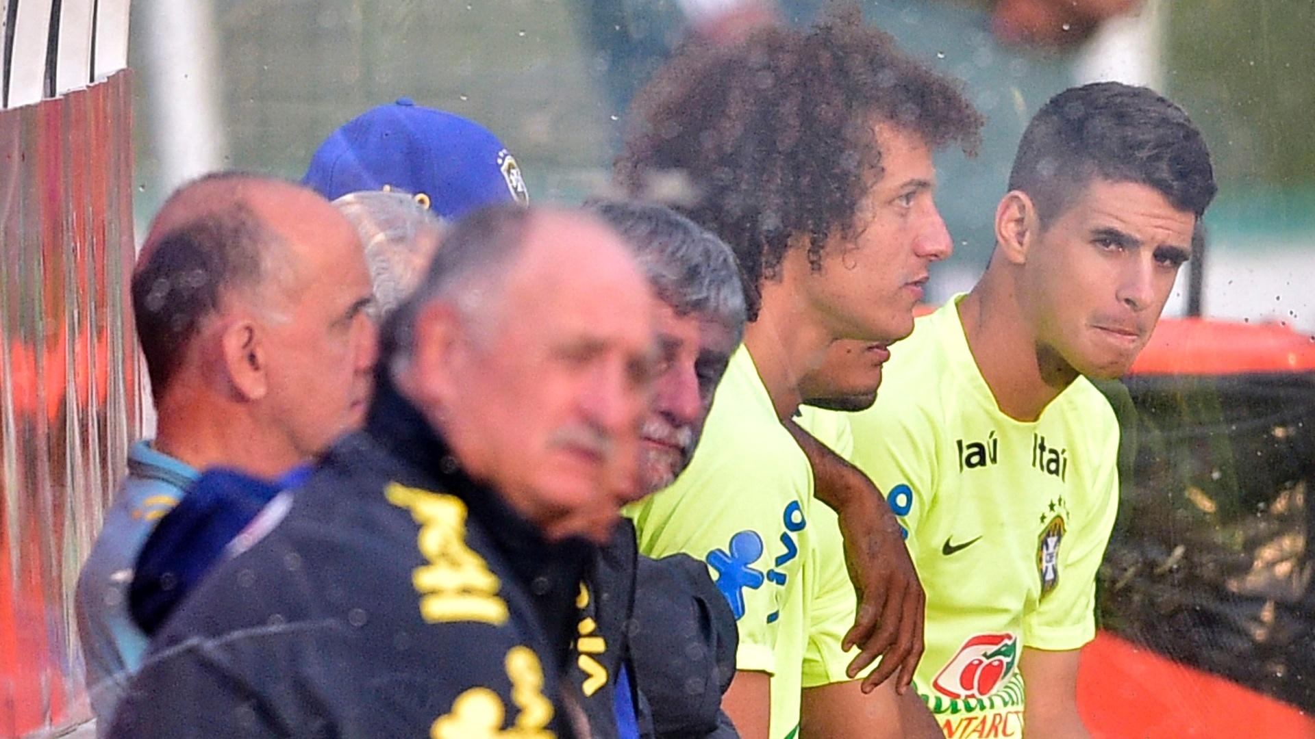 01.07.2014 - Felipão (frente), David Luiz e Oscar (fundo) sentados no banco de reservas durante treino da seleção