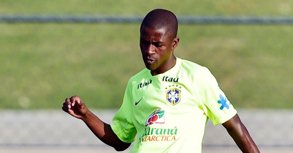 01.07.2014 - Volante Ramires toca a bola durante treino da seleção brasileira