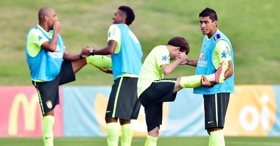 01.07.2014 - Paulinho (direita) realiza aquecimento com Bernard