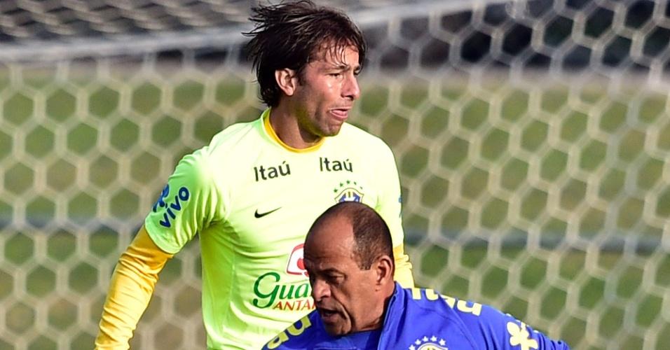 01.07.2014 - Lateral Maxwell salta ao fundo e faz careta durante treino da seleção brasileira na Granja Comary em Teresópolis