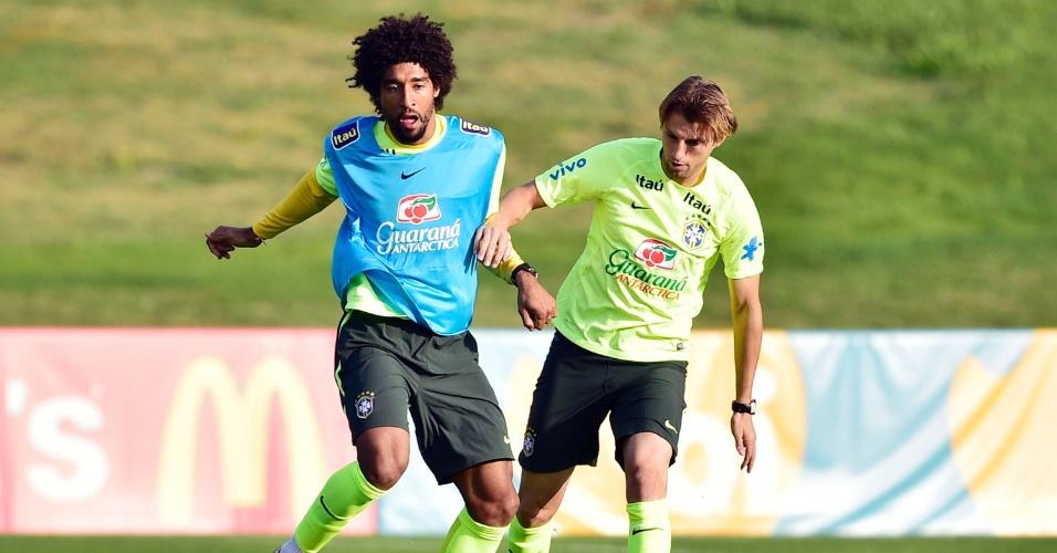 01.07.2014 - Zagueiros Dante (esquerda) e Henrique disputam bola durante treinamento da seleção