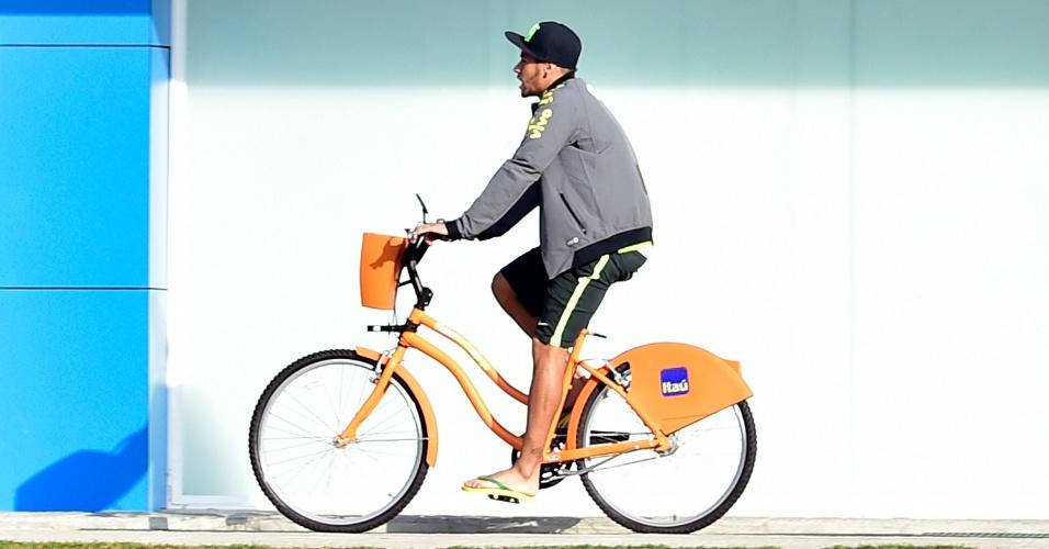 01.07.2014 - Neymar chega ao treino da seleção brasileira usando bicicleta