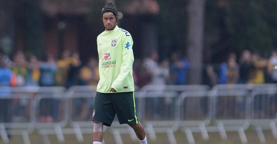 01.07.2014 - Neymar caminha com proteção no joelho e acompanha treinamento dos reservas da seleção contra time sub-20 do Fluminense