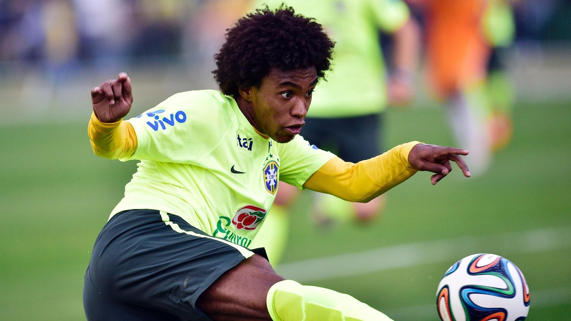 01.07.2014 - Willian chuta bola com estilo durante treino da seleção brasileira na Granja Comary