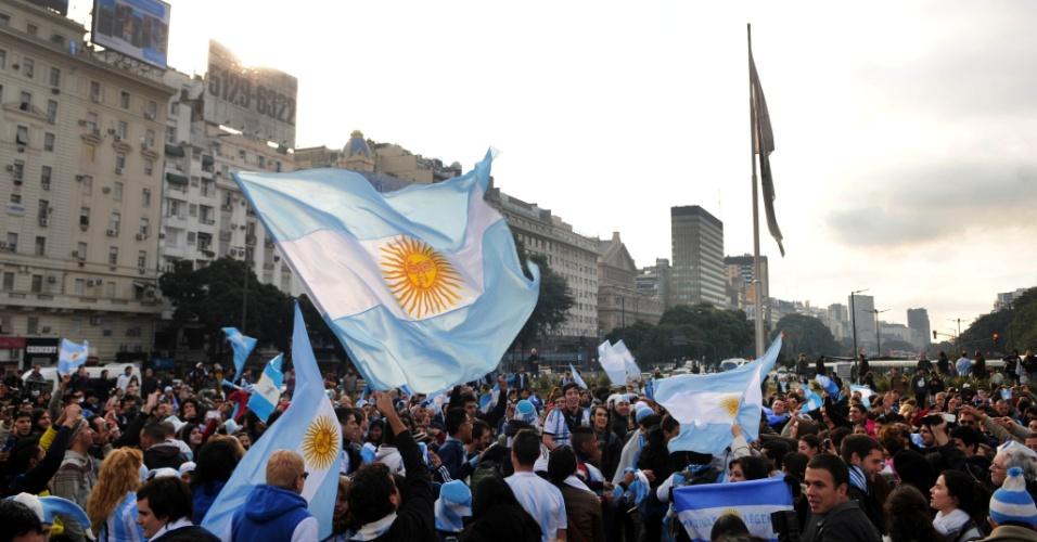 01.jul.2014 - Argentinos celebram classificação para as quartas de final da Copa do Mundo em Buenos Aires após vitória sobre a Suíça
