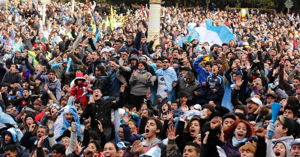 01.jul.2014 - Argentinos comemoram gol de Di María durante prorrogação contra a Suíça pelas oitavas de final da Copa do Mundo