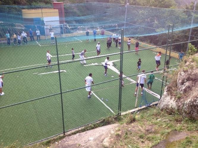 """01.jul.2014 - Campo da UPP do Morro Dona Marta recebe jogadores da seleção holandesa para """"pelada"""""""