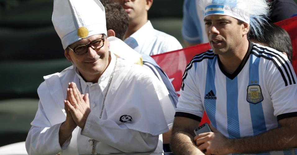 01.jul.2014 - Ele está entre nós, e foi a Itaquera! Papa Francisco esteve na zona leste de São Paulo torcendo pela Argentina