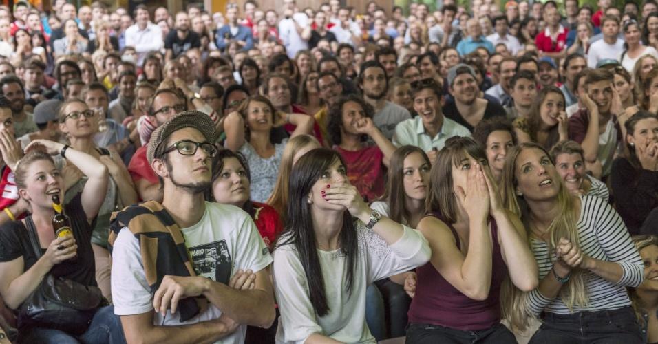 01.jul.2014 - Em Berna, suíços lamentam gol argentino durante prorrogação das oitavas de final da Copa do Mundo