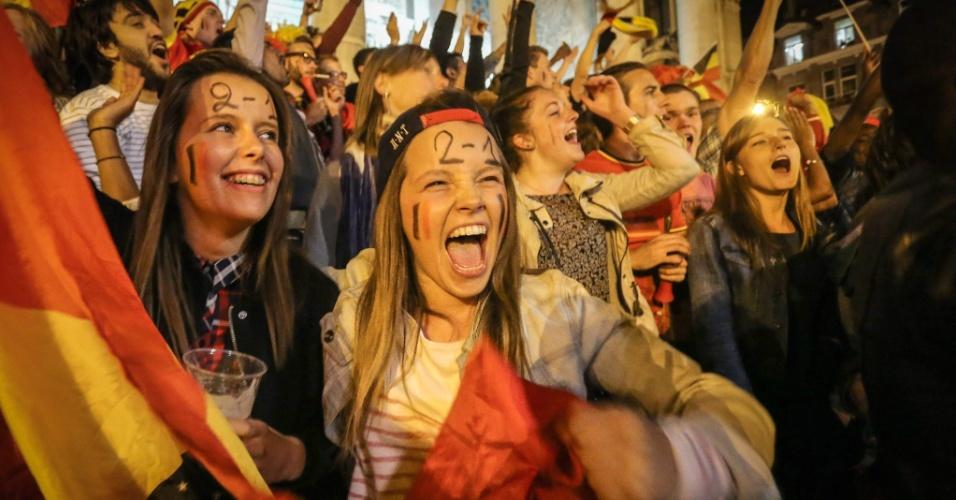 01.jul.2014 - Em Bruxelas, torcedoras belgas marcam placar do jogo contra os Estados Unidos na testa e comemoram vaga nas quartas de final da Copa