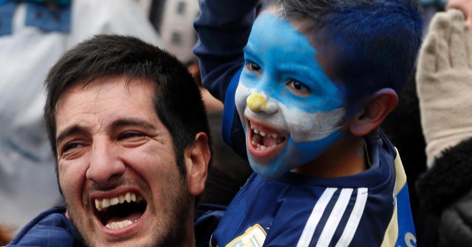 01.jul.2014 - Em Buenos Aires, pai e filho comemoram gol de Di María, que garantiu a classificação da Argentina para as quartas de final da Copa do Mundo