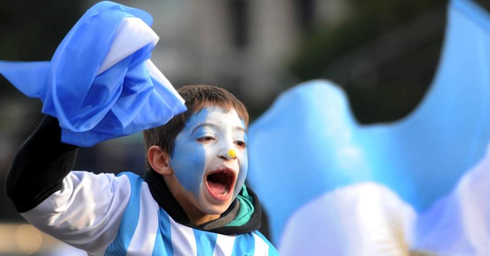 01.jul.2014 - Em Buenos Aires, pequeno torcedor argentino vibra com gol da sua seleção contra a Suíça, pelas oitavas de final da Copa do Mundo