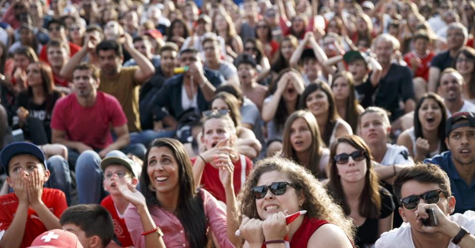 01.jul.2014 - Em Lausanne, suíços sofrem com partida contra a Argentina pelas oitavas de final da Copa do Mundo