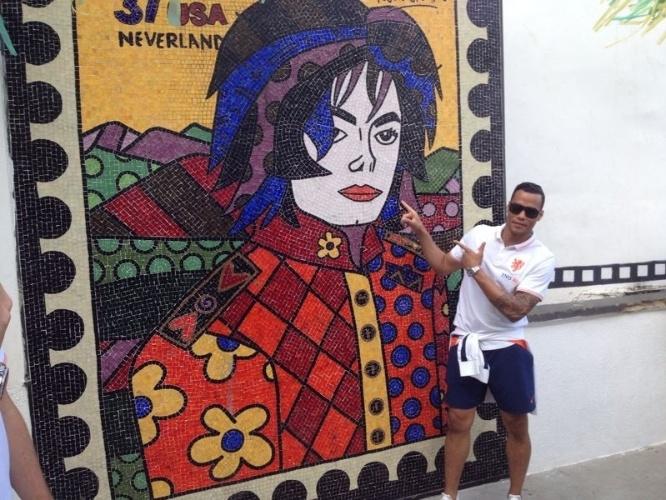 01.jul.2014 - Goleiro reserva Vorm posa ao lado de imagem de Michael Jackson no Morro Dona Marta, no Rio de Janeiro