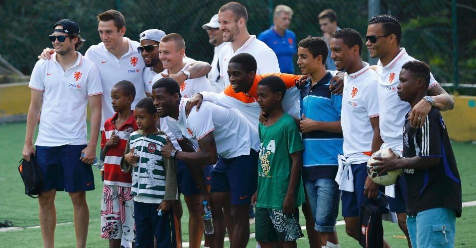 01.jul.2014 - Holandeses tiram foto com crianças em campo da UPP do Morro Dona Marta, no Rio de Janeiro