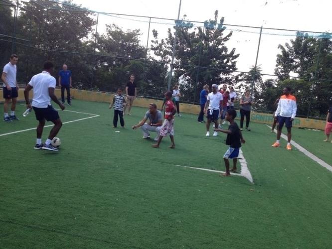 01.jul.2014 - Jogadores da seleção holandesa batem bola com crianças no Morro Dona Marta, no Rio de Janeiro