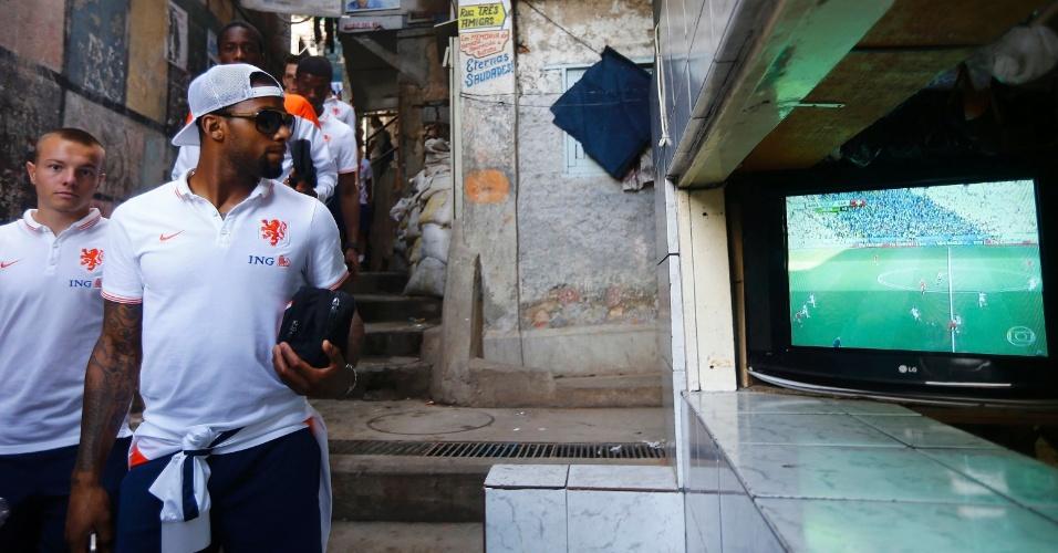 01.jul.2014 - Jogadores holandeses param em frente a televisor para acompanhar instantes finais de Argentina e Suíça