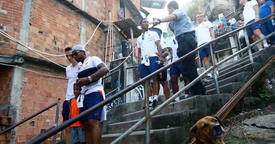 01.jul.2014 - Jogadores holandeses visitam Morro Dona Marta, no Rio de Janeiro