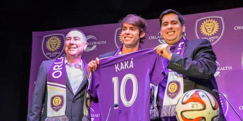 01.jul.2014 - Kaká posa com a camisa número 10 do Orlando City em sua apresentação oficial