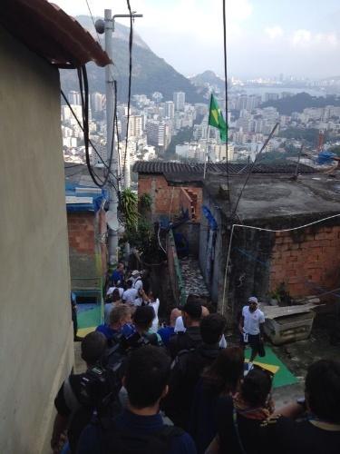 01.jul.2014 - Nove jogadores da seleção holandesa visitaram o Morro Dona Marta, no Rio de Janeiro