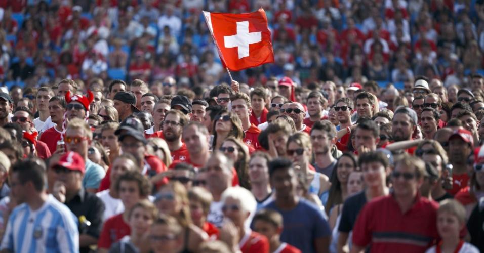 """01.jul.2014 - Suíços (e um argentino """"perdido"""") assistem ao confronto entre as duas seleções na cidade de Lausanne, na Suíça"""