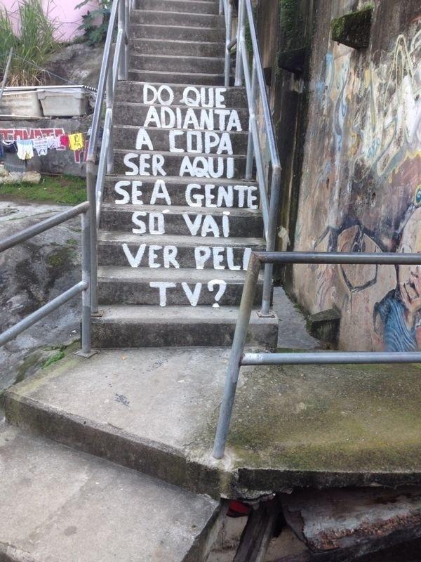 01.jul.2014 - Texto de escada do Morro Dona Marta questiona utilidade de Copa do Mundo no Brasil
