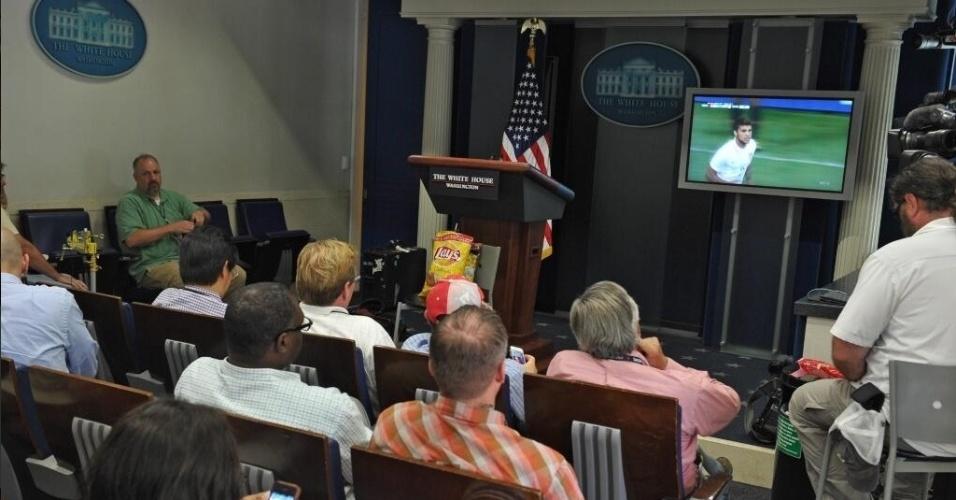 01.jun.2014 - Jornalistas até pararam o trabalho na Casa Branca para assistir ao jogo entre EUA e Bélgica