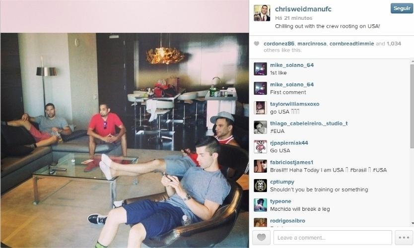 01.jun.2014 - O lutador Chris Weidman também parou para assistir ao jogo entre EUA e Bélgica pelas oitavas de final da Copa do Mundo