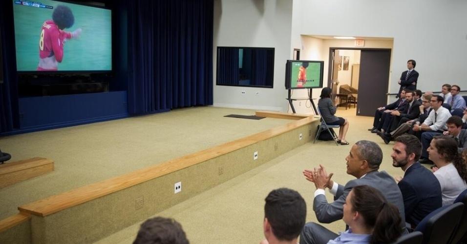 """01.jun.2014 -  O presidente dos EUA, Barack Obama também parou para assistir ao jogo contra a Bélgica na Copa do Mundo. """"Acredito que podemos ganhar"""", disse o presidente."""