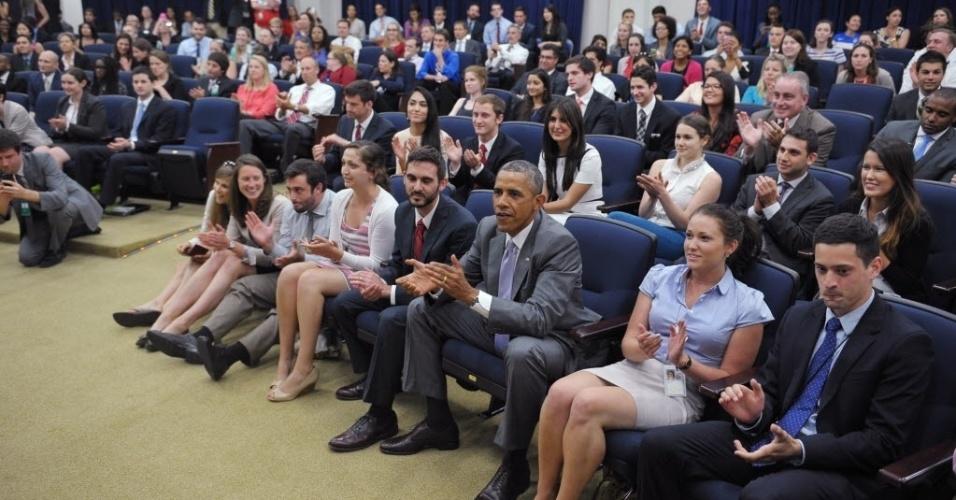 01.jun.2014 - Presidente dos EUA, Barack Obama vibra com a sua seleção durante jogo contra a Bélgica, pelas oitavas de final da Copa