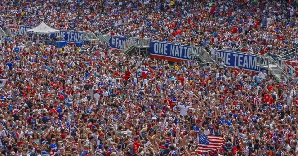 01.jun.2014 - Torcedores americanos lotam estádio Soldier Field, em Chicago, para assistir ao jogo contra a Bélgica, pelas oitavas de final da Copa