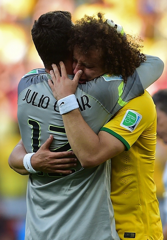 28.jun.2014 - Goleiro Júlio César (e) e zagueiro David Luiz choram abraçados após a vitória do Brasil nos pênaltis sobre o Chile pelas oitavas de final da Copa do Mundo