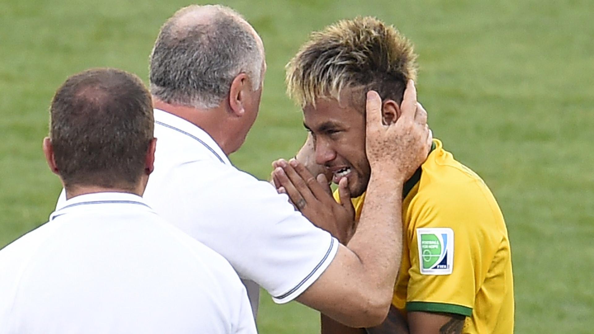 28.jun.2014 - Neymar chora e é consolado pelo técnico Luiz Felipe Scolari após a vitória do Brasil nos pênaltis sobre o Chile